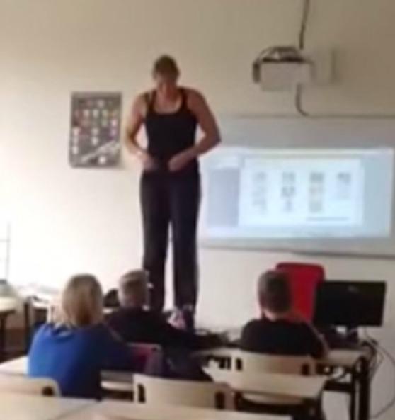 Profesora se quita ropa para enseña a estudiantes en clase de anatomía!