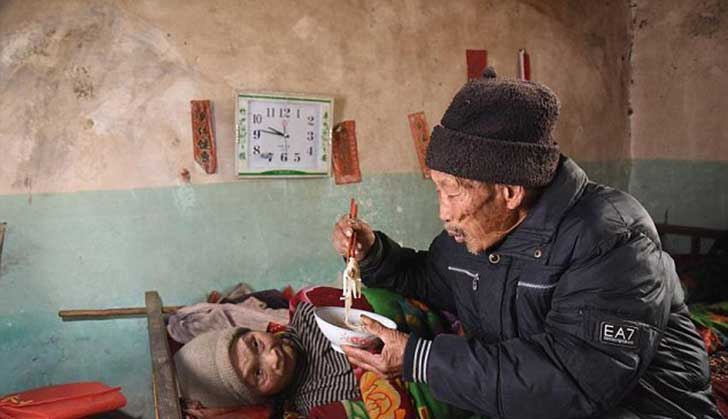 anciano-chino-cuida-esposa-2